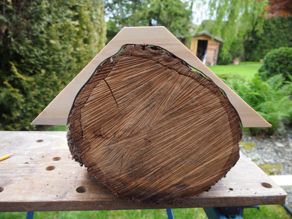 Making the mount for the roof of the mason bee house