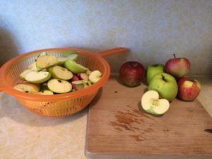 Preparing apples for sugar free applesauce